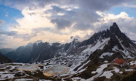 Beautiful panoramic view of Piani Lakes and Refuge Locatelli at sunset. Tre Cime (Drei Zinnen) natural park, Italy 報道画像