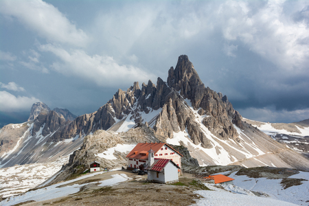 Natural park Tre Cim? (Drei Zinnen) in Dolomites, Italy. View of Mount Paterno and Refuge Locatelli 報道画像