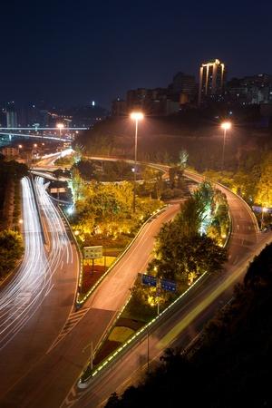 都市景観、重慶、中国のナイトと陸橋します。