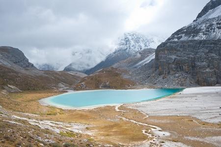 雪の山と Niunaihai 湖
