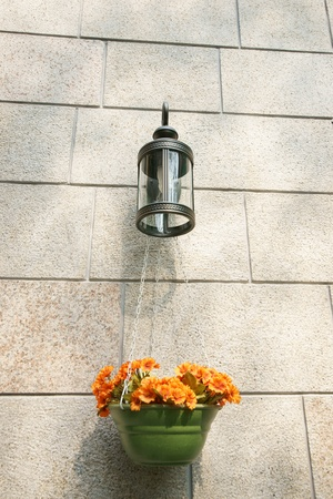 それに掛かっている植木鉢と街路灯 写真素材