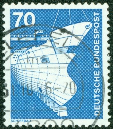 construction navale: ALLEMAGNE - CIRCA 1975 Un timbre imprim� en Allemagne de l'Industrie et de la technologie Fascicule montrant la construction navale, circa 1975 Banque d'images