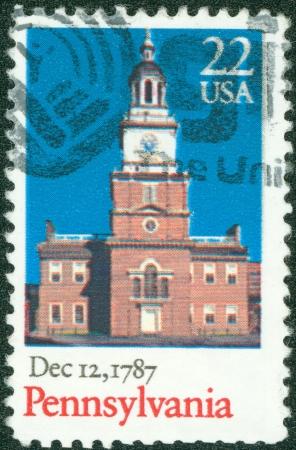 ratificaci�n: EE.UU. - CIRCA 1987 Un sello impreso en los EE.UU. muestra antiguo edificio, Pennsylvania, la ratificaci�n de la Constituci�n de la serie, alrededor del a�o 1987