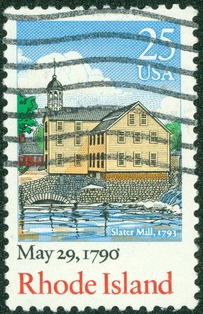 ratificaci�n: EE.UU. - CIRCA 1990 Un sello impreso en los EE.UU., dedicada al 200 aniversario de la ratificaci�n de la Constituci�n de Rhode Island, muestra el Slater Mill Historic Site, Pawtucket, alrededor de 1990 Editorial
