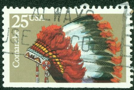 米国 - 米国で印刷された 1990 A スタンプ年頃族、コマンチ族、シリーズは、1990 年ごろインドの髪飾りを示しています