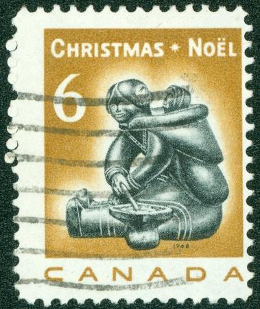 esquimales: CANADA - CIRCA 1988 Un sello impreso en Canad� muestra la imagen de los canadienses nativos en Navidad, serie, alrededor del a�o 1988 Foto de archivo