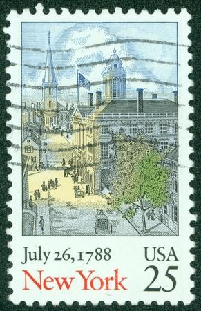 ratificaci�n: EE.UU. - CIRCA 1988 Un sello impreso en los EE.UU. muestra antigua de Nueva York escena, la ratificaci�n de la Constituci�n de la serie, alrededor del a�o 1988