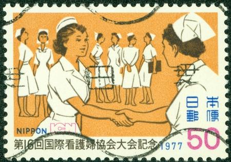 enfermera con cofia: JAP�N - CIRCA 1977 Un sello impreso por el Jap�n, muestra la enfermera, alrededor del a�o 1977