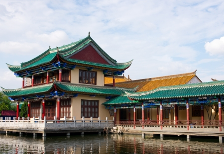 edificio hist�rico por el Lago Kunming en Yunnan, China photo