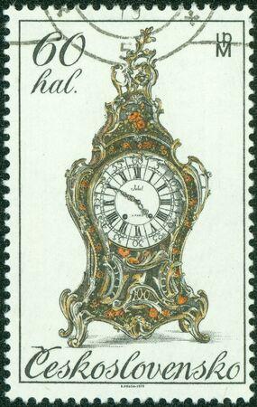 reloj antiguo: CHECOSLOVAQUIA - alrededor de 1979 Un sello impreso en Checoslovaquia muestra el Reloj de edad, de los relojes de la serie del siglo 18, alrededor de 1979