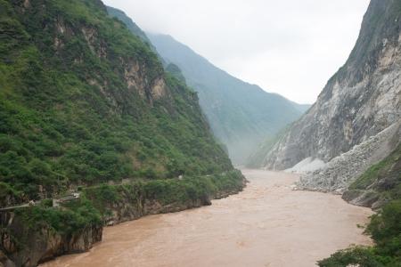 中国雲南省麗江の峡谷を跳躍タイガー