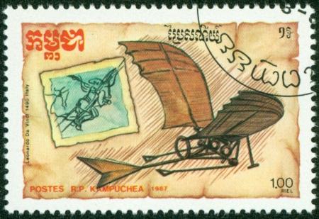 カンボジア-年頃 1987 年、カンボジアで印刷スタンプ年頃 1987 年レオナルド ・ ダ ・ ヴィンチ、航空機の設計を示しています
