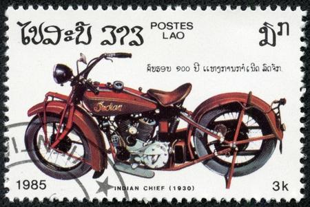 capo indiano: LAOS - CIRCA 1985 Un timbro stampato in Laos mostra l'immagine di una moto d'epoca, Indian Chief 1930, intorno al 1985 Editoriali