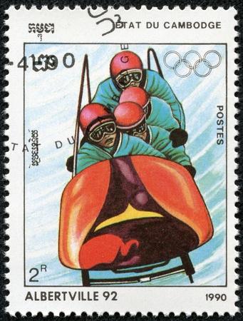 deportes olimpicos: CAMBOYA - CIRCA 1990 Un sello de correos impreso en Cambodge muestra deportista y dedicó los Juegos Olímpicos de invierno en Alberville, serie, alrededor de 1990