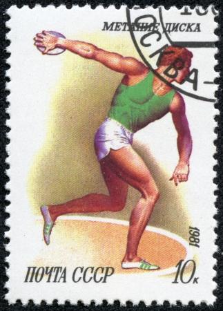 lanzamiento de disco: URSS - CIRCA 1981 Un sello impreso en la URSS muestra Discus tirar con la misma inscripci�n, de la serie Sport, alrededor de 1981
