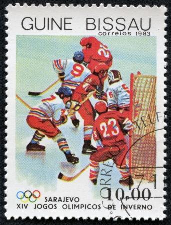 deportes olimpicos: GUINEA-BISSAU - CIRCA 1983 sello impreso por Guinea - Bissau, muestra de hockey sobre hielo en los Juegos Olímpicos de Sarajevo, alrededor de 1983