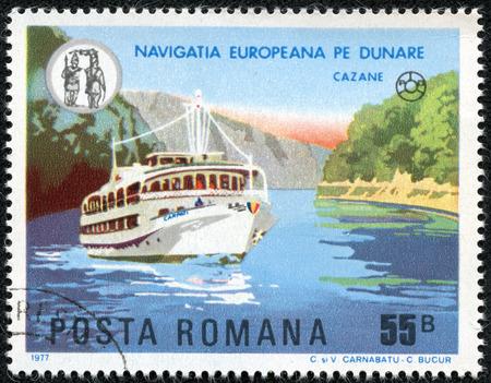 ROUMANIE - CIRCA 1977 Un timbre imprimé en Roumanie, montre la plaisance Karpaty sur le Danube, près de Cazane, circa 1977 Banque d'images - 23413183