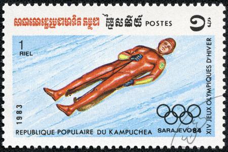 luge: CAMBOGIA - CIRCA 1983 un francobollo stampato in Cambogia mostra Luge, 1984 Olimpiadi invernali, Sarajevo, circa 1983