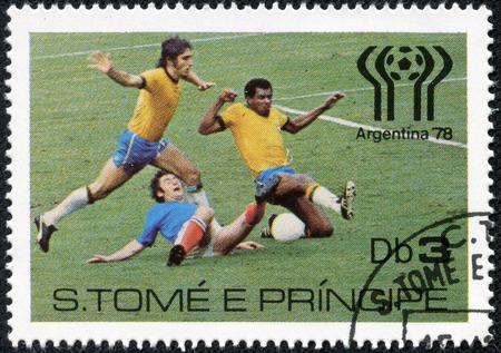 principe: SAINT Tom� y Pr�ncipe - CIRCA 1978 Un sello impreso en San Tom� y Pr�ncipe muestran los jugadores de f�tbol, ??alrededor de 1978 Editorial