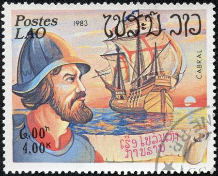 descubridor: LAOS - CIRCA 1983 un sello impreso en Laos muestra una imagen de Pedro Alvares Cabral descubridor de Brasil, alrededor de 1983 Editorial