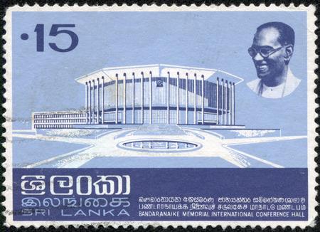 r image: SRI LANKA-CIRCA 1973 Un vecchio Sri Lanka francobollo mostra l'immagine di Bandaranaike Memorial Hall conferenza internazionale Signor SWRD Bandaranaike, circa 1973
