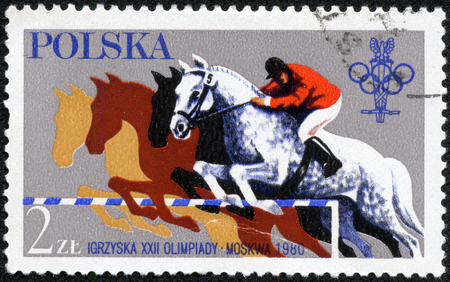 deportes olimpicos: Polonia - alrededor de 1980 Un sello impreso en Polonia, muestra unos Juegos Olímpicos en Moscú Steeplechase, paseos ack horseb, atleta en un caballo, alrededor de 1980