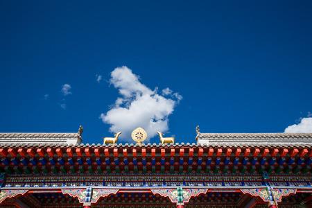 青空とチベット寺の庇。 写真素材