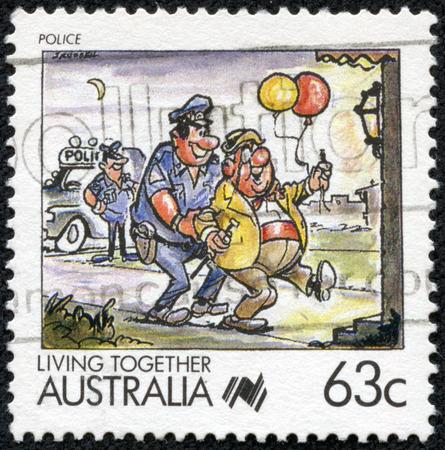 policia caricatura: AUSTRALIA - CIRCA 1988: Un sello 63 ciento de Australia muestra la imagen celebrando la polic�a, de la serie de vida juntos, alrededor de 1988 Editorial