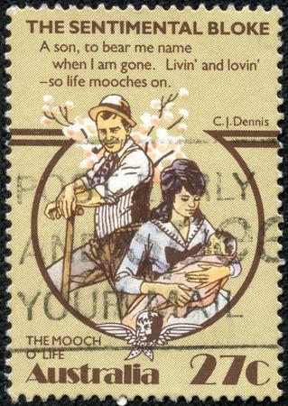 bloke: AUSTRALIA - CIRCA 1983: Un francobollo annullato francobollo da Australia illustrare Folklore australiano - The Sentimental Bloke, pubblicato nel 1983. Editoriali