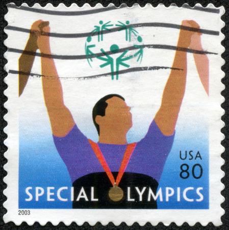 deportes olimpicos: ESTADOS UNIDOS DE AMERICA - CIRCA 2003: Un sello impreso en los Estados Unidos de América muestra la imagen celebrando las Olimpiadas Especiales, serie, alrededor del año 2003