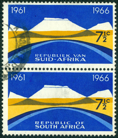 suid afrika: SOUTH AFRICA - CIRCA 1965: stamp printed in South Africa from the 5th anniversary of the Republic. Bilingual pairs issue shows Mountain landscape, circa 1965.