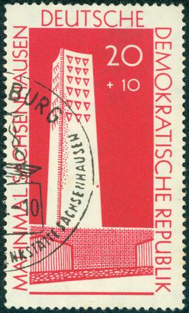 sachsenhausen: GERMANIA ORIENTALE - CIRCA 1961: Un timbro stampato in Germania est mostra immagine della Sachsenhausen Concentration Camp Memorial, serie, circa 1961 Editoriali
