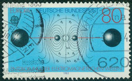 descubridor: Alemania - CIRCA 1983: Un sello impreso en la Rep�blica Federal Alemana muestra Resonant Circuit, Energ�a Flux Lines, descubrimiento de las ondas electromagn�ticas por Heinrich Hertz, alrededor de 1983