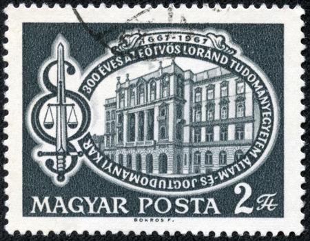 ordenanza: HUNGR�A - CIRCA 1967: Un sello impreso en Hungr�a emiti� para el 300 aniversario de Derecho Pol�tico y de la Facultad de Ciencias, Universidad E�tv�s Lor�nd, Budapest muestra Facultad Building, alrededor de 1967. Foto de archivo