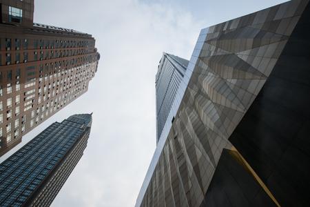 市の超高層建物の低角度のビュー
