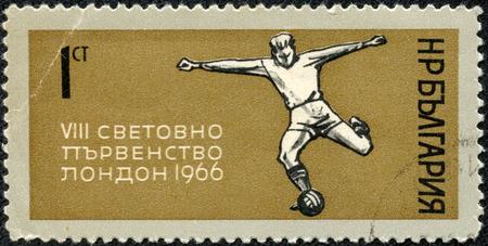 重慶, 中国 - 5 月 10 日 2014:A 切手がブルガリアで印刷された 1966 年 1966 年頃にロンドンでワールド カップに専用ボール サッカー選手のキックを示し