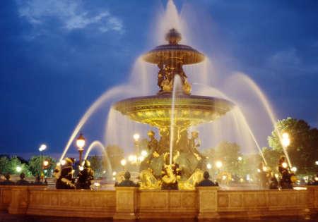 la: Brunnen an der Place de la Concorde durch die Nacht