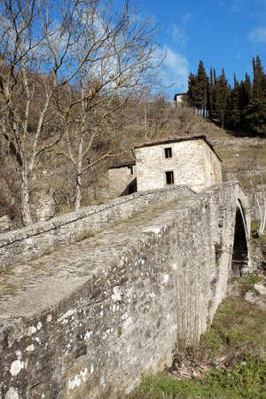 vacate: Ancient stone bridge in the Apennines near the dam of Ridracoli, Emilia-Romagna, Italy Stock Photo