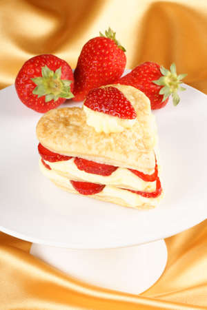 mille: Heart shaped strawberries and custard millefeuille for a sweet Valentine Stock Photo