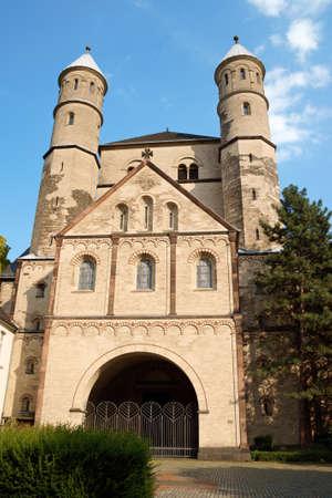 Kirche St. Pantaleon in Köln ist die älteste der 12 romasque Kirchen in der Stadt. Es wurde auf den Ruinen einer römischen Villa im 10. Jahrhundert errichtet und eingeweiht einer griechischen Märtyrers. Standard-Bild - 11792741
