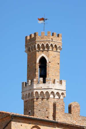priori: Volterra, torre del Palazzo dei Priori, il Palazzo pi� antica citt� in Toscana, Italia. Questo edificio medievale si trova in Piazza dei Priori.