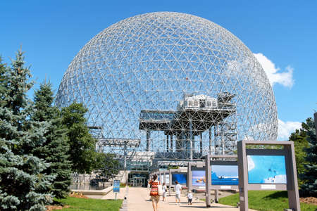 Montreal, Canada - August 9, 2008: the geodesic dome called Montreal Biosphere is a museum in Montreal dedicated to water and the environment. It is located at Parc Jean-Drapeau, on Saint Helens Island in the building of the United States pavilion for th 新聞圖片