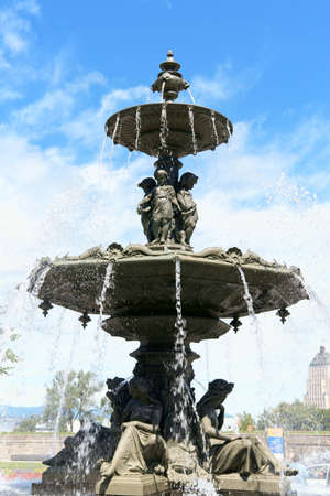 fontaine: Fontaine de Tourny (Fountain of Tourny) in front of Parliament of Quebec in Quebec City, Canada