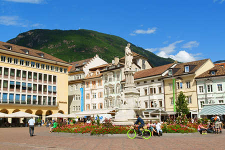 Bolzano, Italy - August 21, 2014: Walther Square (Piazza Walther) built in 1808 by order of King Massimiliano di Baviera, and initially named after him. In 1901 it was dedicated to Walther von der Vogelweide (1170-1230) a German poet of the Middle Ages. I 新聞圖片
