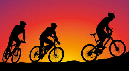 silueta ciclista: bicicleta de montaña carrera - siluetas vector en el fondo de la puesta del sol