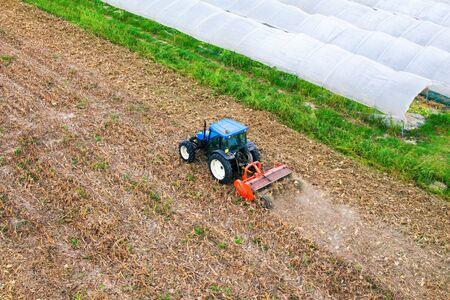 siembra: Farmer en tractor de preparar la tierra para la siembra Foto de archivo