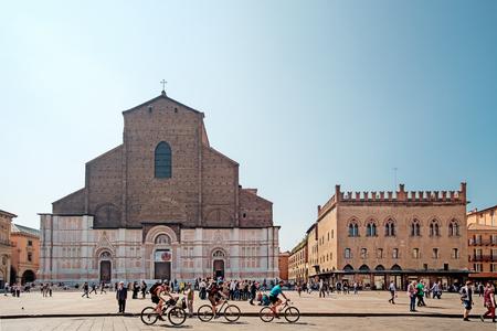ボローニャ, イタリア - 2017 年 4 月 17 日: 市民や観光客、晴れた日に歩くし、マッジョーレ広場, ボローニャの主要広場、歴史的建造物、市内中心の