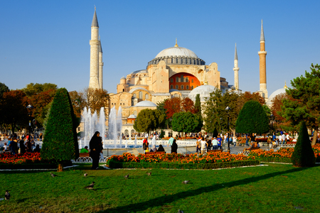 Istanbul, Turquie - 17 septembre 2017: Vue extérieure de Sainte-Sophie, un monument né d'abord comme une église, puis une mosquée, et maintenant un musée visité par des millions de personnes Banque d'images - 86461572