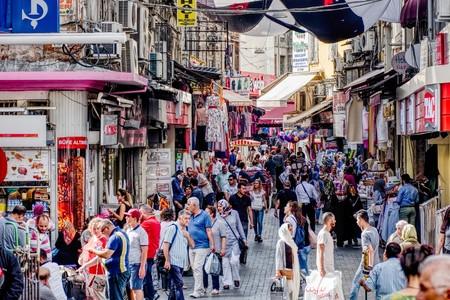 イスタンブール, トルコ-2017 年 9 月 26 日: 多くの市民と観光客の典型的なショップ イスタンブールの路上を歩いて