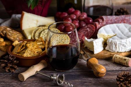 Stielloses Weinglas und Käseaufstrich.